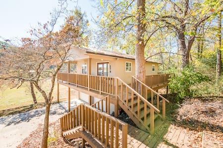 Lakeside Retreat - Deck, view, dock, fishing - Dayton - Huis