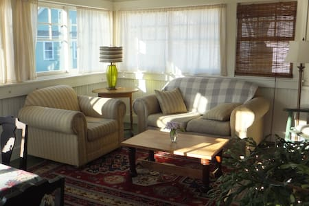 Cozy, sunny apt. in Montpelier, Vt. - 一軒家