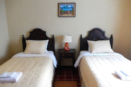 Best B&B by Historic Center! (Rm 4) - Guatemala-Stadt - Bed & Breakfast