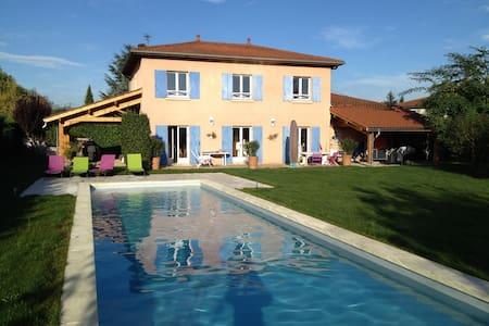 Maison avec jardin & grande piscine - Huis