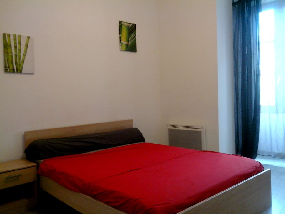 Chambre principale (1/3). Table de chevet. Placard avec penderie.