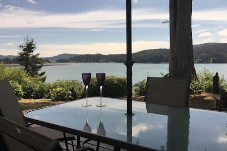 Peaceful Private Ocean Front Cottage - Sooke - House
