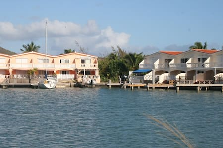 Lovely 2 bedroom Waterfront villa! - House