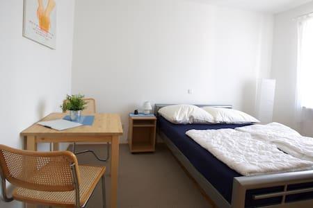 komfortables Doppelzimmer mit Babybett - Apartamento