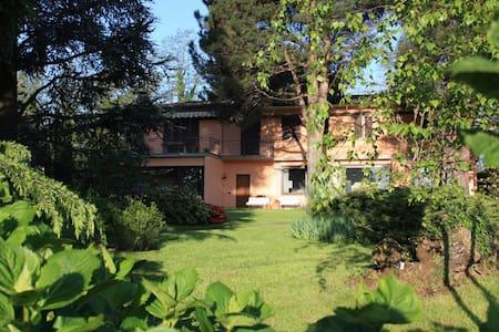 villa con ampio giardino 10 km Como - Wohnung