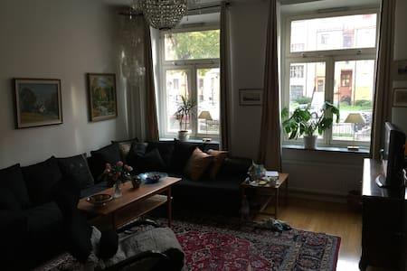 City Center South,för kvinna(women only),nice room - Sztokholm - Apartament