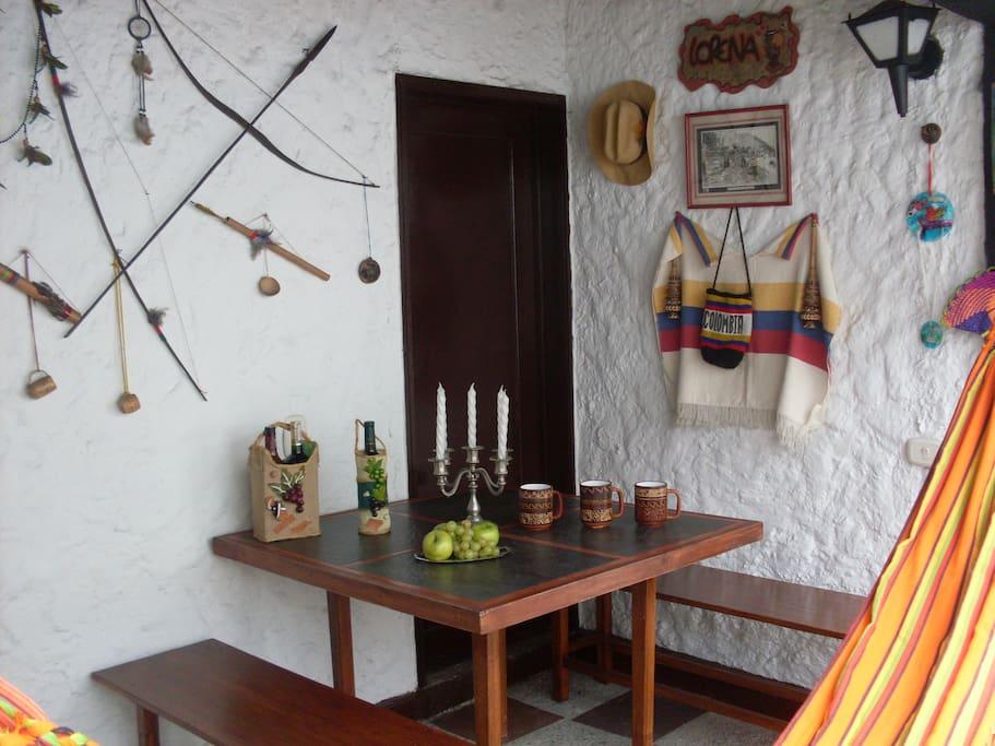 mesa campestre, resaltando la belleza de los adornos artesanales