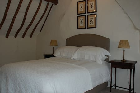 Private room in gorgeous 17th century cottage - Dom