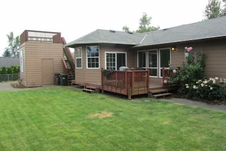 Mtn Top Upscale 4br with Sauna, Jacuzzi, Mtn Views - Hus