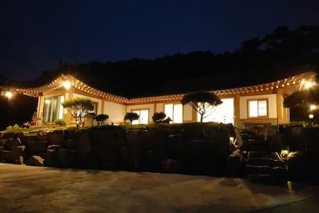 한옥스테이&카페 궁 (HANOK STAY&CAFE GUNG) -창덕궁 - Naega-myeon, Kanghwa - Bed & Breakfast