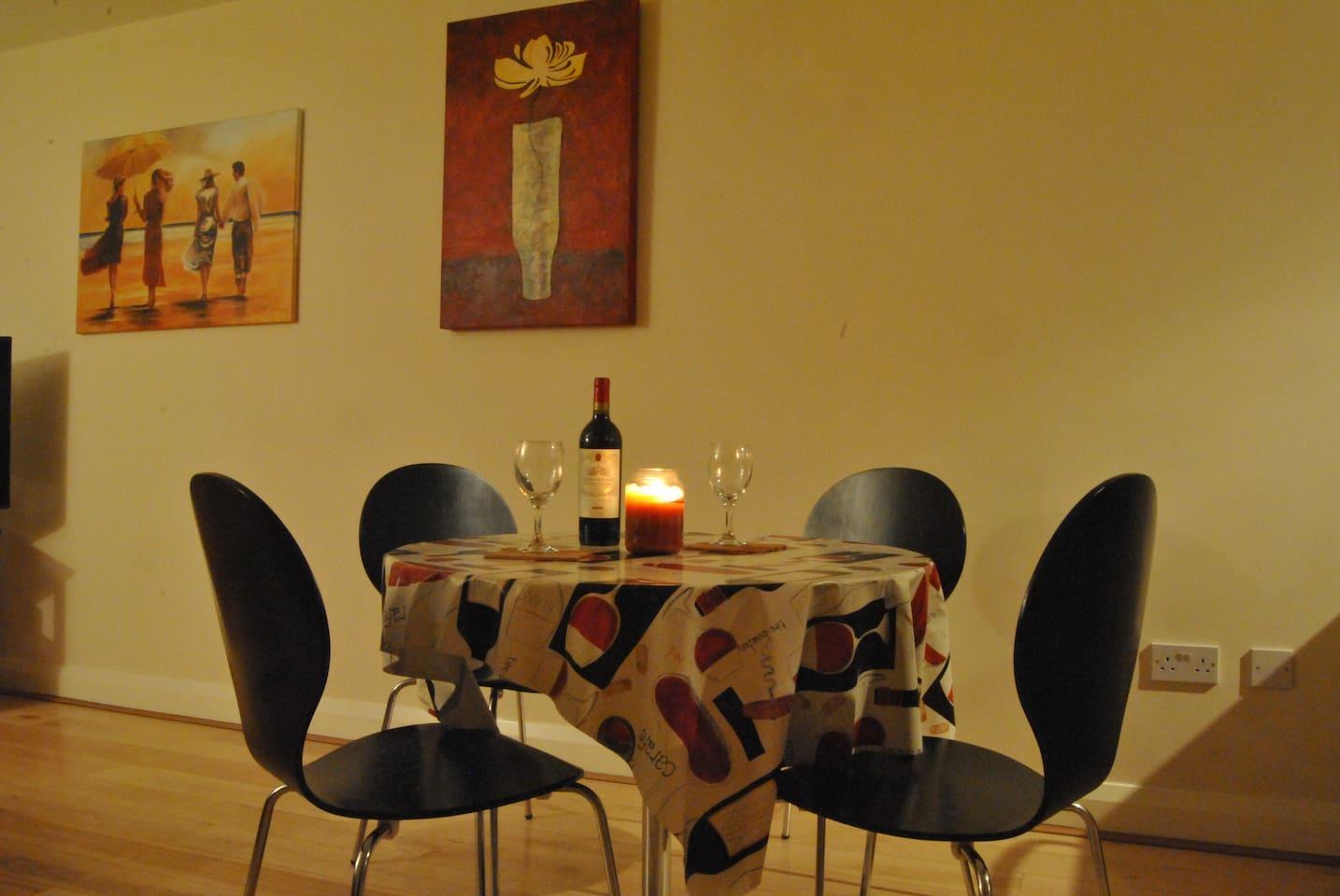 LIVING ROOM : dinner table