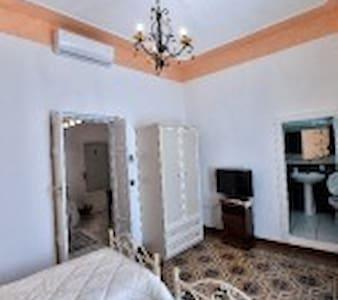 Camera Doppia con due letti singoli in Centro - Bed & Breakfast