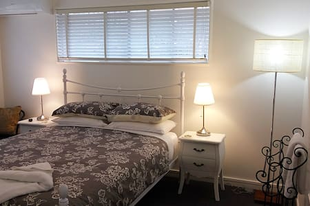 Elegant comfort in Redcliffe! - Redcliffe - Bed & Breakfast