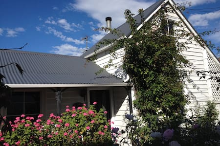 Character twin room beyond the picket fence - Christchurch - Casa