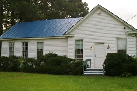 Room type: Entire home/apt Bed type: Real Bed Property type: House Accommodates: 4 Bedrooms: 2 Bathrooms: 1