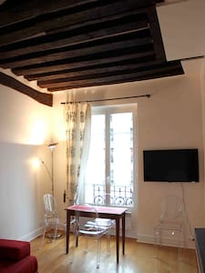 Next to Place de Vosges, this luminous apartment sits in an historical building located just in front of the beautiful Saint Paul church, on which the apartment has the view, a few steps from the subway stop Saint Paul.