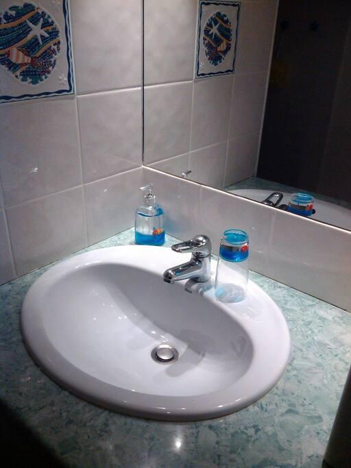 Salle d'eau fonctionnelle avec machine à laver