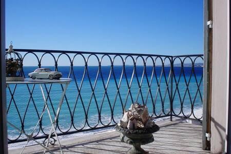 Live a dream ! A deck boat balcony