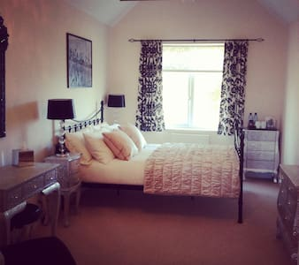 Roxanne's En-suite Double Bedroom - Bed & Breakfast