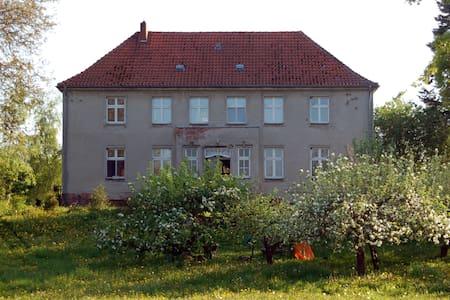 Landurlaub im Gutshaus, Künstlerdorf Ostsee 1 h - Alt Tellin - Lägenhet