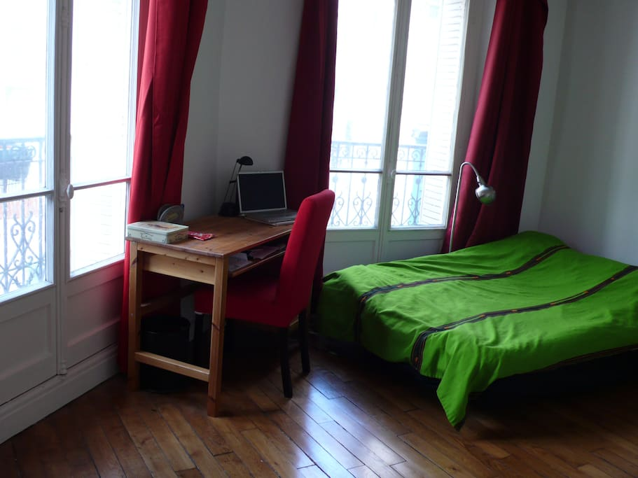 Spacious room with 2 large windows