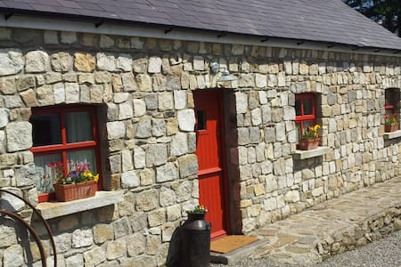 UNIQUE AND CHARMING STONE COTTAGE - Shillelagh