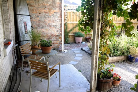 Our one bedroom Victorian Cottage is located in  a quiet inner city Beach side neighbourhood. Enjoy Fully equipped home and  secure north facing rear garden. Safe, secure and clean. A short walk to the Albert Park Village.Easy access to 3 tram lines.