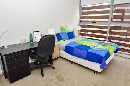 Master Bedroom w shower 3min to station & shopping - Parramatta - Apartment