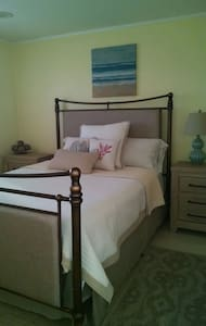 Very beachy & cozy Queen bed & bath - Shirley