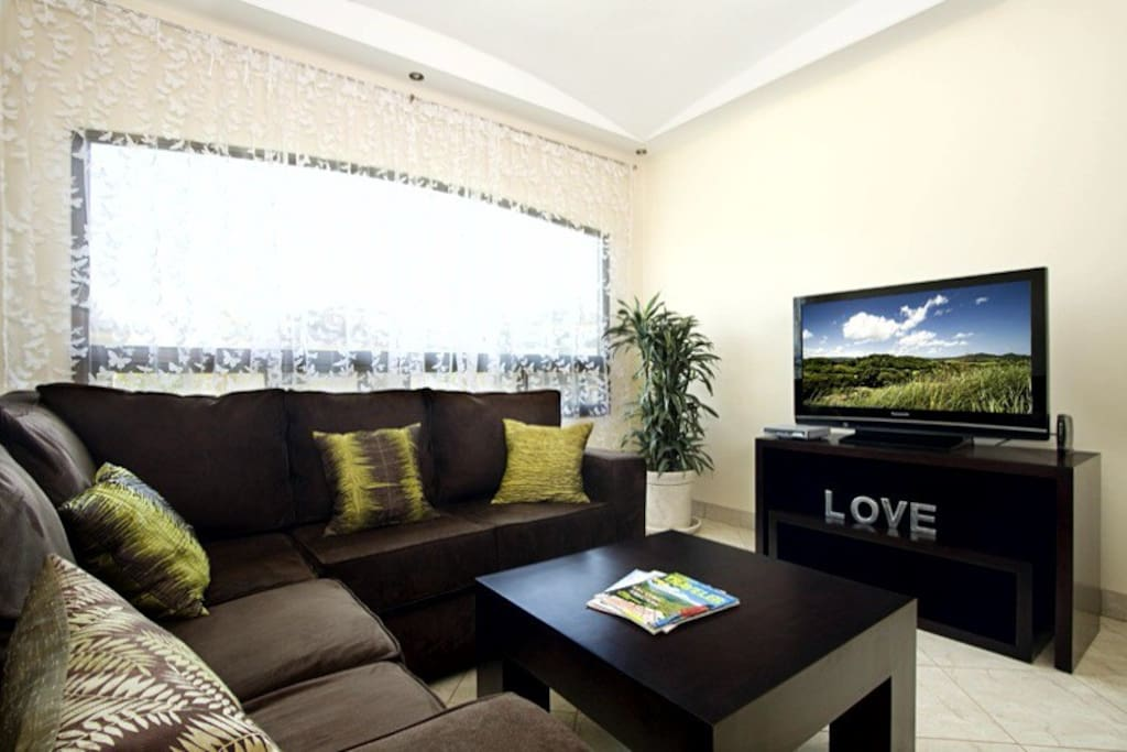 Cathedral ceiling, upgraded furnishings,2 flat screen TV