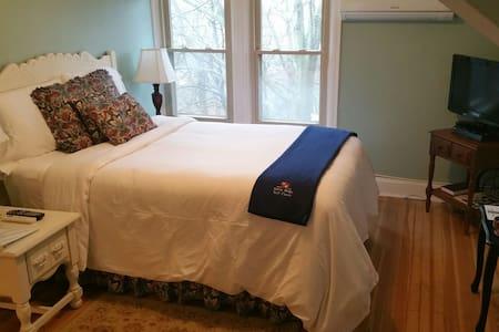 Rae's Creek cozy room whirlpool tub - Bed & Breakfast