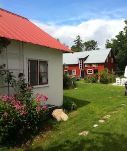 Gammalt sädesmagasin mitt i Ljugarn - Gotland Municipality