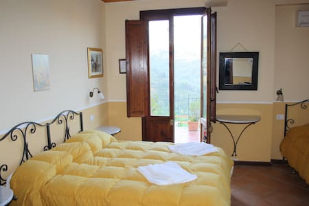 LRT3A3 Triple Room in a Tower - Bed & Breakfast
