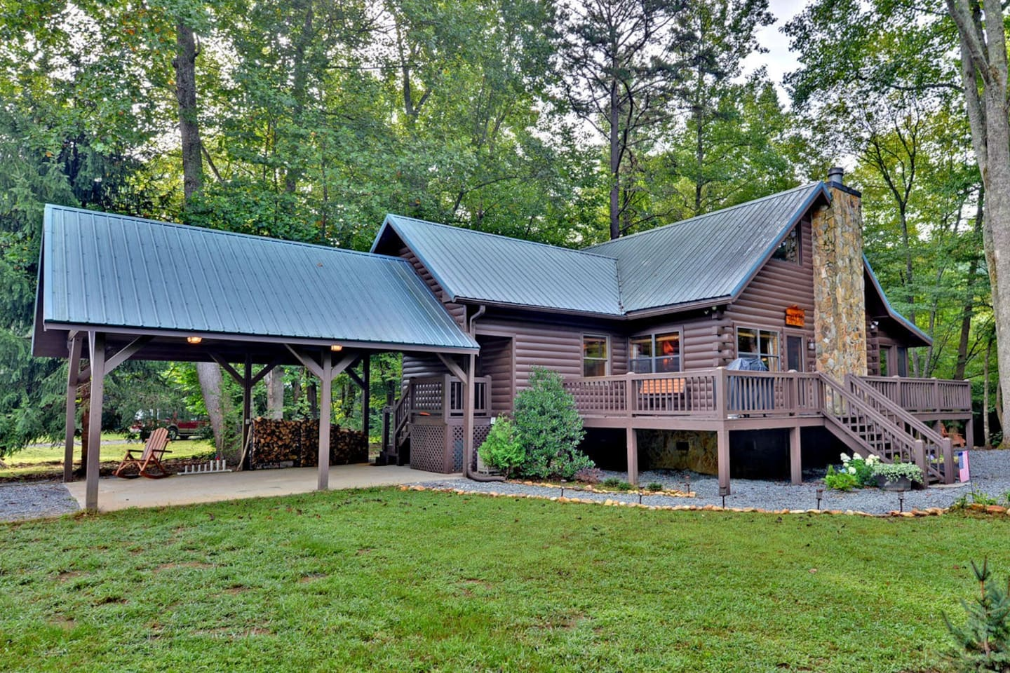 Gorgeous Cabin nestled in the Chattahoochee National Forest between a trout stream and a private stocked pond.