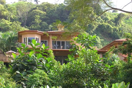 Room type: Entire home/apt Property type: House Accommodates: 14 Bedrooms: 5 Bathrooms: 5