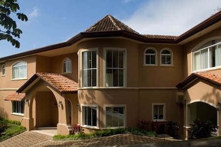 Room type: Entire home/apt Property type: House Accommodates: 12 Bedrooms: 5 Bathrooms: 5