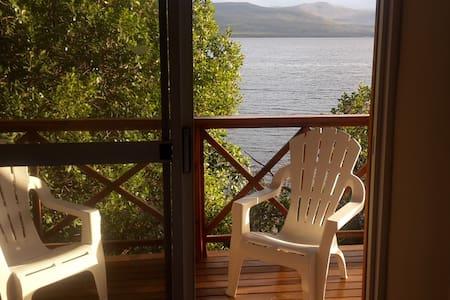 Beautiful log cabin on lagoon - Hermanus - Stuga