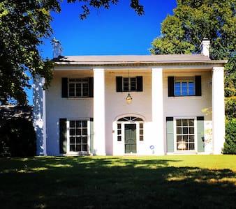 Historic Colonial on Lake Loudoun! - Knoxville