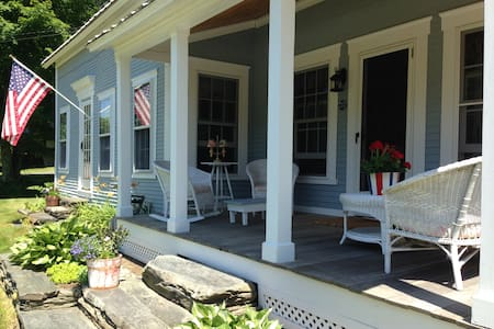 Quaint Village Cottage on Mad River - Warren - House