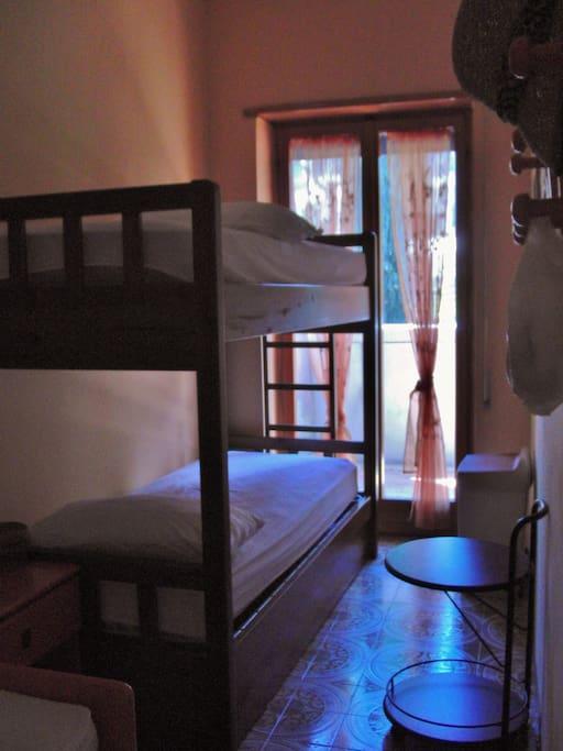 La cameretta e il letto a castello.