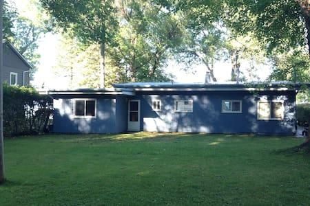 Gorgeous 4bdr Lake House Right on Lake Simcoe! - Georgina - Bungalow