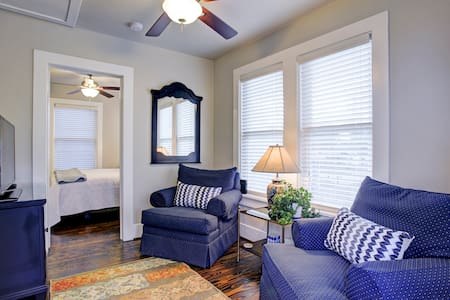 Charming Garage Apt in the Heights