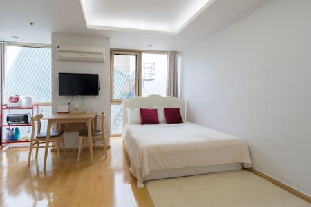 Near to Yangjae subway station, this studio having a queen size bed, air conditioner, hi-speed internet, kitchen, electric port and bath room is calm & safe to stay in your trip. Easy to approach from airport (Incheon & Kimpo). hope you enjoy it !