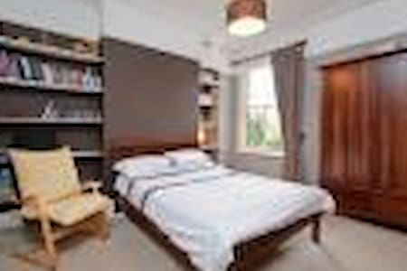 Beautiful large room in extraordinary period house - Huis