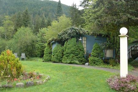 Alexander's Lodge , Queen Bed - Otros