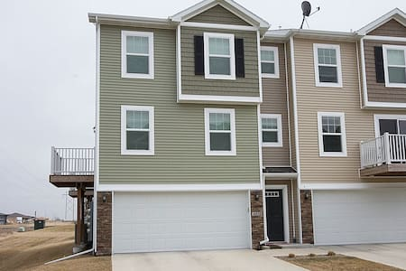 Clean 2 bedroom Modern Townhome - Ankeny