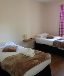 Twin Room at The Poacher Room 4 - Portishead - Guesthouse