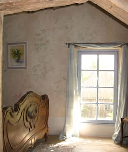 La Chambre Rose, pretty bedroom in country house. - Lamonzie-Montastruc