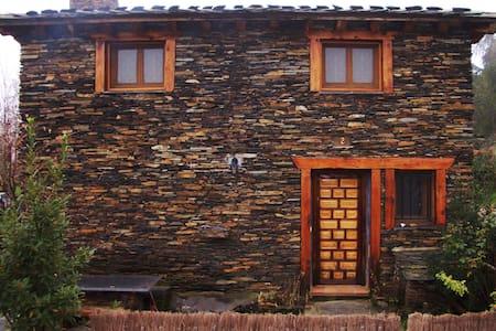 Casa rural en arquitectura negra de Guadalajara - House