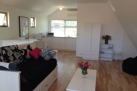 LOVELY BEACH STUDIO IN THE TREES! - Scarborough - Loft